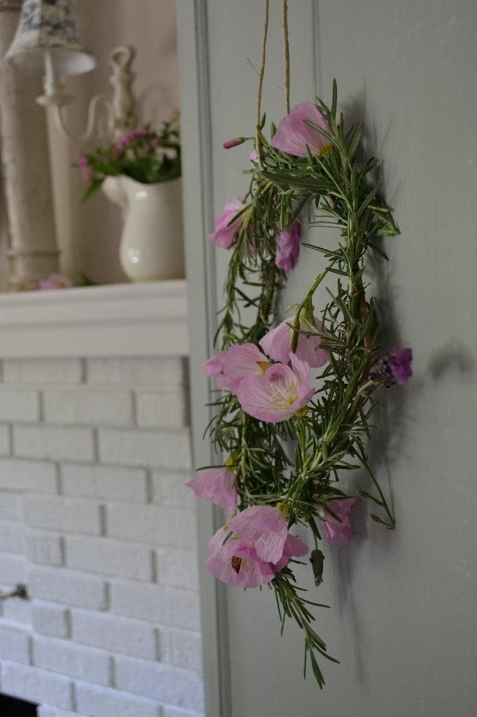 DIY wreath made of lavender and pink primrose