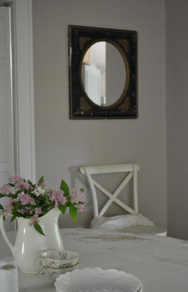 Cottage Fix -vintage mirror in the dining room